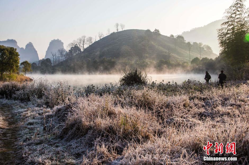 12月14日清晨,福建省国家名胜风景区武夷山景区出现霜冻,背阳的地方白茫茫一片,竹排在水中升腾的水汽若隐若现,宛如仙境,美景令人流连。杨婀娜