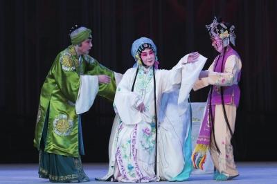 76岁的张继青(中)在剧中扮演杜丽娘。田超供图