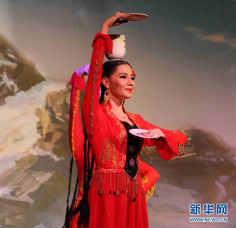 艺术团表演维吾尔族集体舞拉克木卡姆片段新华网