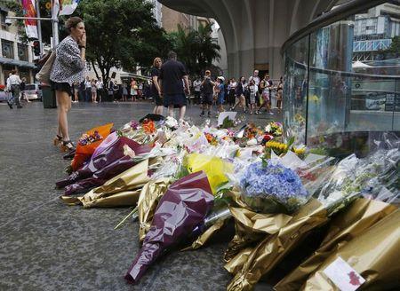悉尼市民在事发地点献花。