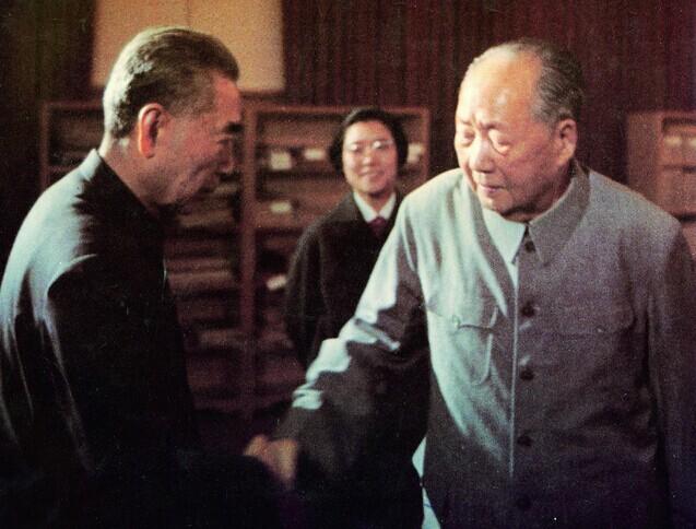 同舟共济的战友最後握别。毛泽东、周恩来1974年5月石中南海书房(杜修贤/摄)