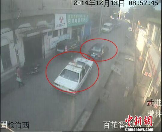 警方提供追击现场视频截图 唐娟 摄