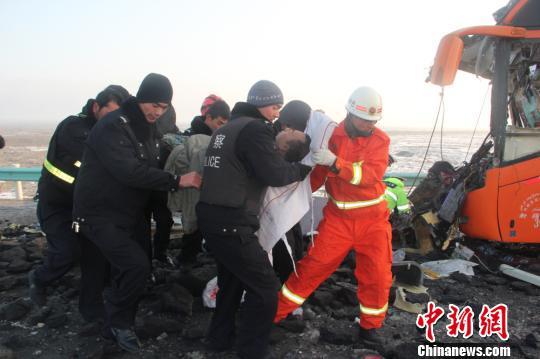 图为当地救援人员正在抢救伤员。 赵宁 摄