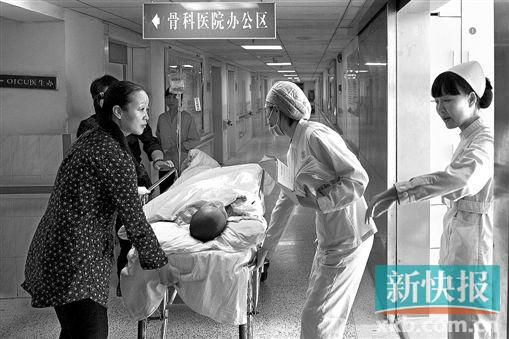 11月27日中午,在父母与医护人员的陪同下,熊仪转入骨科ICU病房。熊仪一案曾牵动广州无数人心。CFP供图