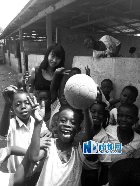 华工学生谭梦与非洲当地学生。