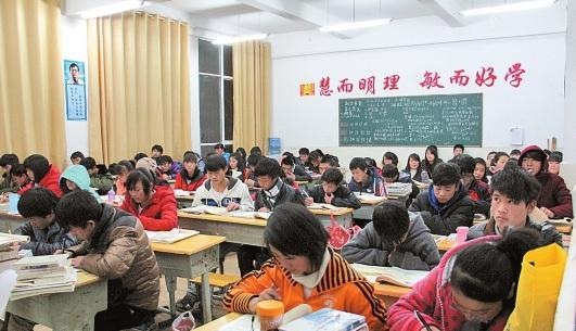 12月16日晚,鲁甸县第一中学已恢复教学秩序。