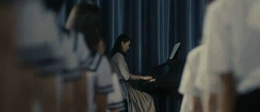 弹钢琴姿态首度曝光。