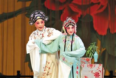 华文漪(右)与岳美缇合作《惊梦》