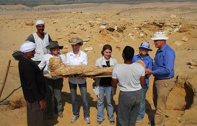 考古学家们已经在这片公墓地下22.9米深处开采出了1700具木乃伊。(网页截图)