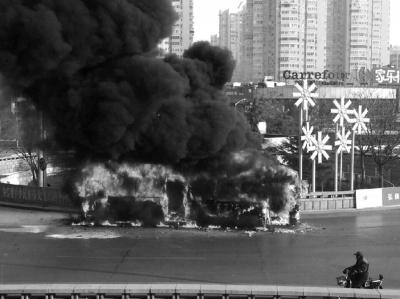 公交车返修途中自燃烧成空架