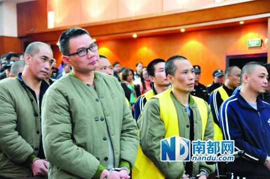 一审宣判,戴文才(戴眼镜者)被判有期徒刑15年。 黄埔法院供图