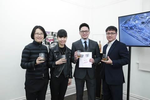 东画廊负责人程曦行、艺术家胡子、格兰菲迪中国市场总监李儒杰、格兰菲迪品牌经理李嵩(从左至右)