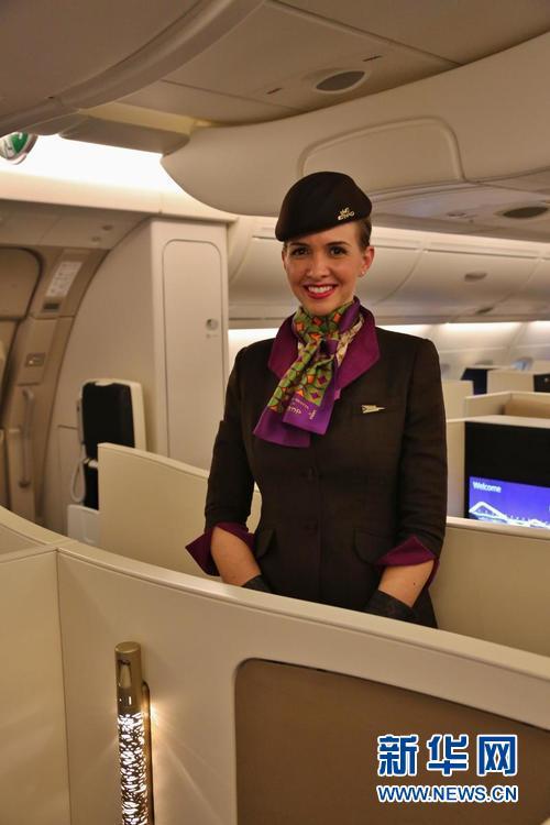 A380商务舱内身着新式制服的阿航空姐(新华网记者 安江)