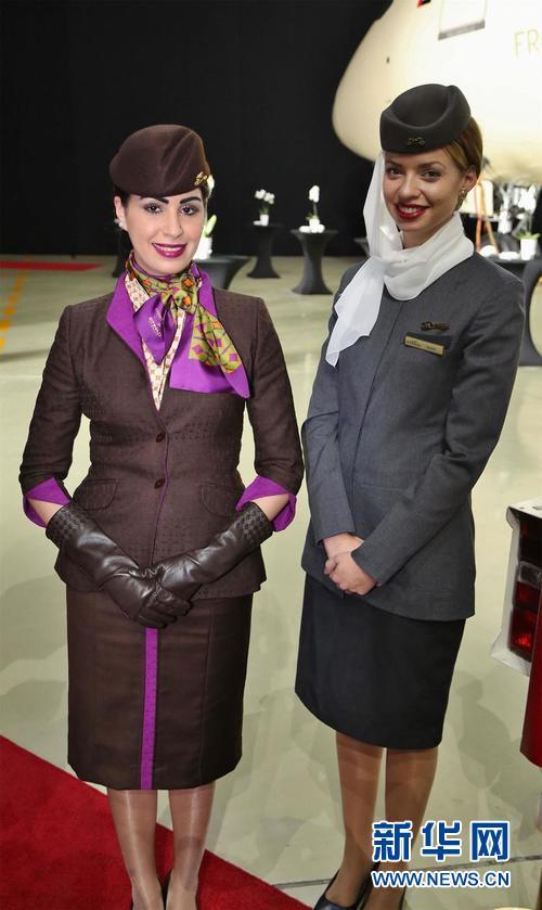 身着新旧两款不同制服的阿航空姐,左为新式,右为旧式。(新华网记者 安江)