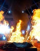 图文:美国人极限高空跳浅池 跳入瞬间激起烈火