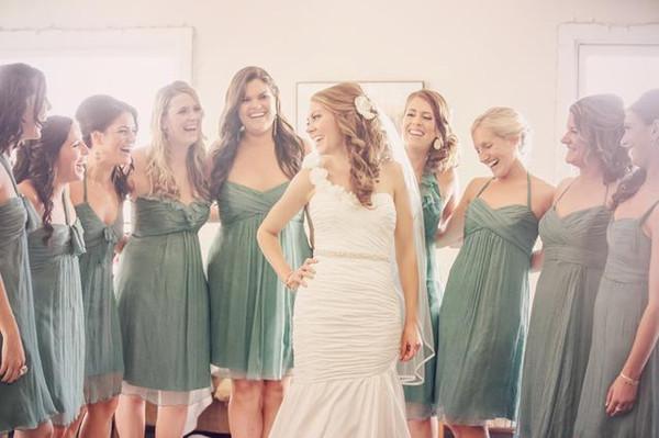 明亮的房间里,庞大的姐妹团围绕着新娘,幸福,欢乐的气氛布满了整个
