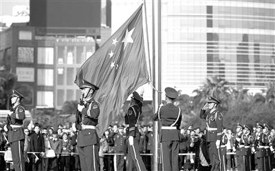 12月14日,广东边防五支队国旗护卫队战士在迎接澳门回归15周年升旗仪式上升起五星红旗。当日,来自粤港澳地区的一千多名青年学生在珠海拱北口岸参加升旗仪式。
