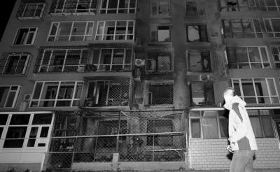 昨晚,事发居民楼整个单元居民被疏散。京华时报记者徐晓帆摄