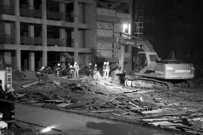 河南信阳一在建高楼坍塌。图/CFP