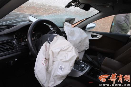 车内前排的平安气囊曾经全副翻开,开车的试车员并没有大碍。 记者 赵彬 摄