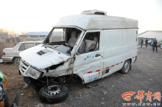 与奥迪A7相撞的依维柯后面两个轮子也撞掉。 记者 赵彬 摄