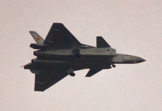 原文配图:编号2013歼-20试飞图,注意其尾撑末端是平的。