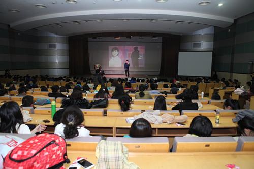 李静校园巡讲第一站传媒大学