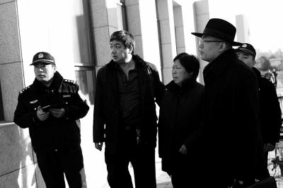 聂树斌的母亲张焕枝(左3)及其状师走向法院。