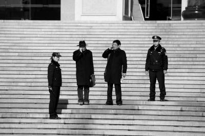 署理律师陈光武(左3)和李树亭(左2)走出法庭。