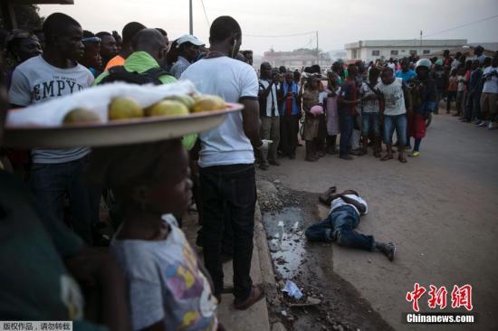 资料图:塞拉利昂东部Koidu,疑似埃博拉患者遗体横躺街头引民众围观。