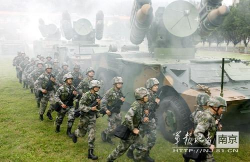 """2009年,解放军总部曾组织了由沈阳军区、兰州军区、济南军区和广州军区和空军参加的""""跨越�D2009""""跨区实兵系列演习。陆军第31集团军隶属于南京军区,其前身是组建于解放战争时期的一支年轻部队,曾在济南战役、东山岛战斗中英勇善战,被美誉为""""黑马""""。"""