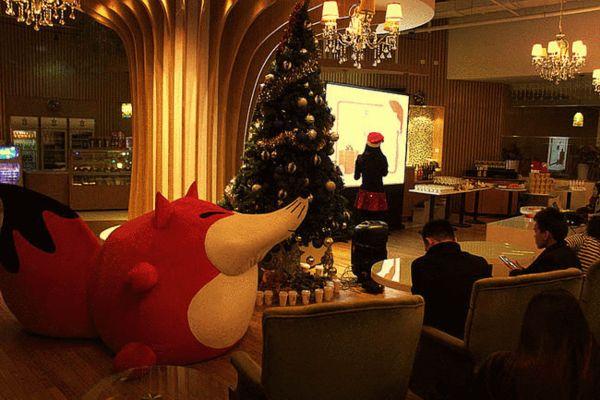 温馨的趴体现场,巨狐和圣诞树陪大家一起玩耍