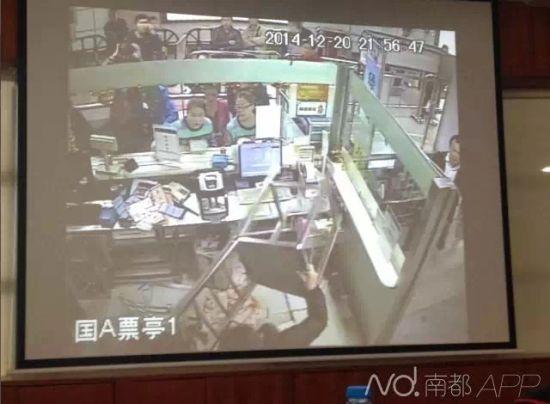 深圳地铁女搭客突入票务室狂殴女职员