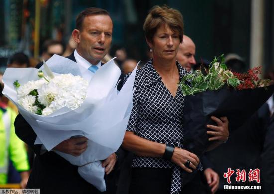当地时间2014年12月16日,澳大利亚悉尼,澳大利亚总理阿博特夫妇前往马丁广场亲自献花,悼念悉尼咖啡馆人质劫持事件死难者。