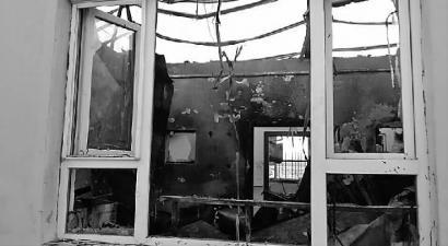 过火的老年公寓内部一片狼藉,房顶也被烧落架了 本报记者 樊亮 摄