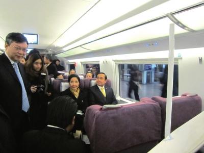 泰国总理巴育与夫人在京津城际列车车厢落座。图/新华视点微博