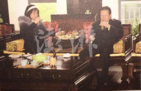 2010年左右,时任中共中央政治局常委的周永康(右)与妻子贾晓晔在一家茶文化博物馆品尝碧螺春。 澎湃新闻记者 张俊 翻拍