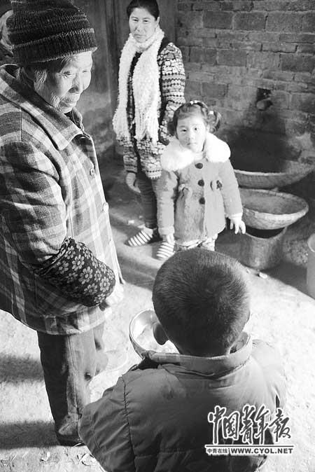 乡民带孩儿来玩,会决心和坤坤坚持间隔。