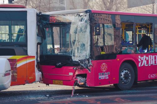 沈阳俩公交路口相撞 15名乘客进医院