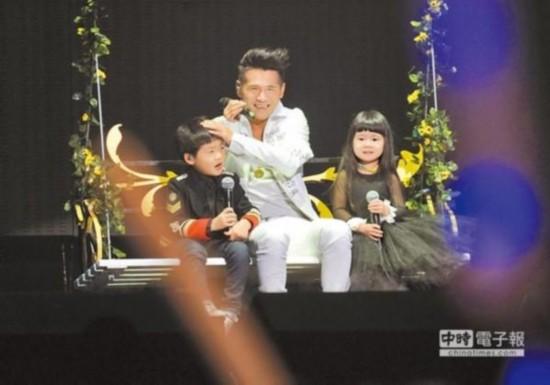 曹格(中)带儿子Joe(左)、女儿Grace一起在秋千上演唱。(台媒图)