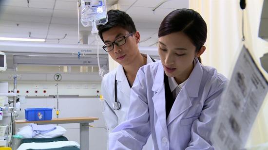 张俪跟随《因为是医生》体验真实医生生活