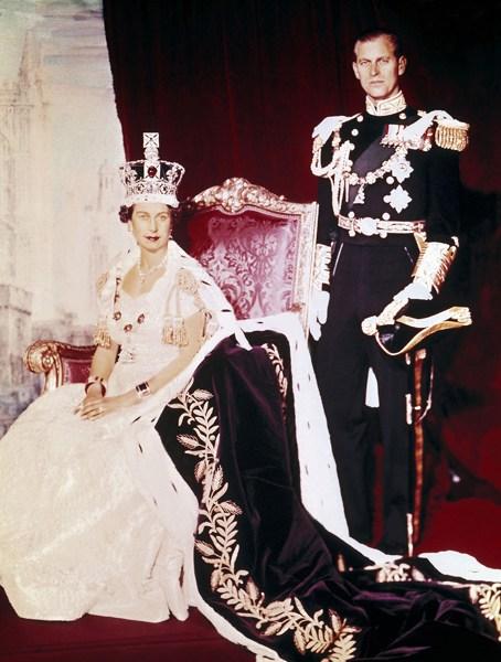 1953年6月2日,英国女王伊丽莎白二世(左)在举行加冕典礼时和丈夫菲利普亲王在伦敦白金汉宫合影。