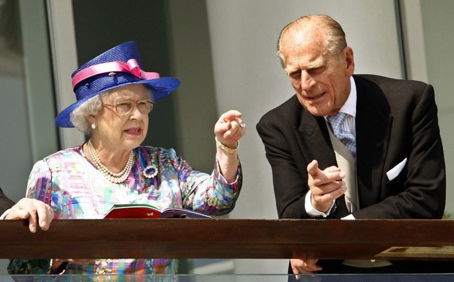 2007年6月2日,英国女王伊丽莎白二世和丈夫菲利普亲王在英格兰南部观看赛马。