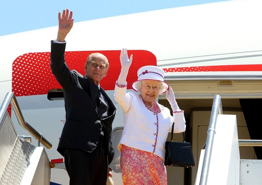 2011年10月29日,英国女王伊丽莎白二世和丈夫菲利普亲王在澳大利亚珀斯国际机场挥手告别。