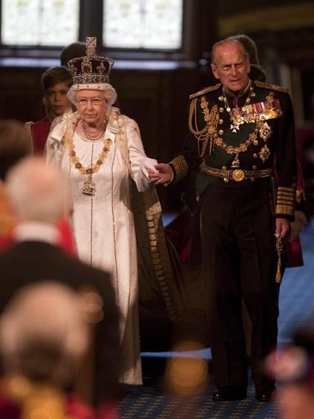 2012年5月9日,英国女王伊丽莎白二世和丈夫菲利普亲王在伦敦出席议会开幕仪式。