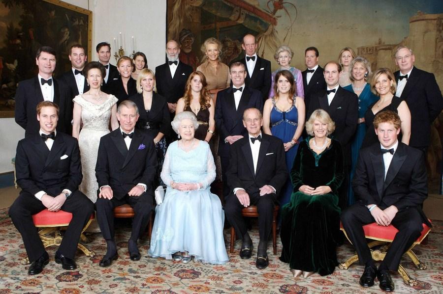 2007年11月18日,英国女王伊丽莎白二世(前左三)与丈夫菲利普亲王(前右三)在伦敦与家人合影。