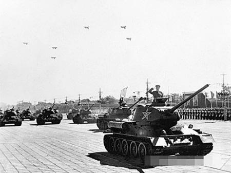2016 7月18上海铜价参加1951年国庆阅兵式时,王永威所在的坦克方队经过天安门广场2016 7月恩典图片