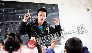 王世建正在给学前班上课,教孩子们数学。