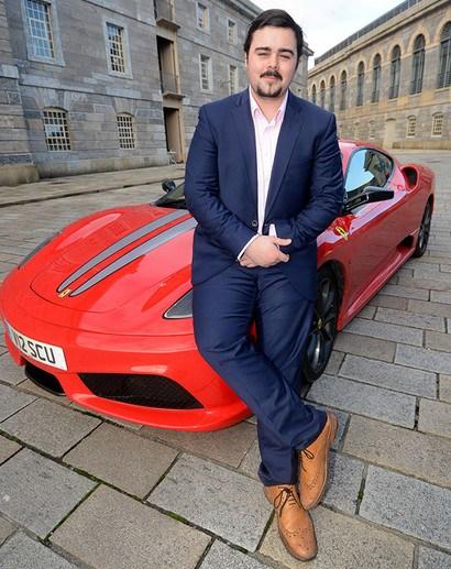 英国青少年股神利用父亲出资2000英镑进行股票投资,不到1年就赚进约1750万英镑。