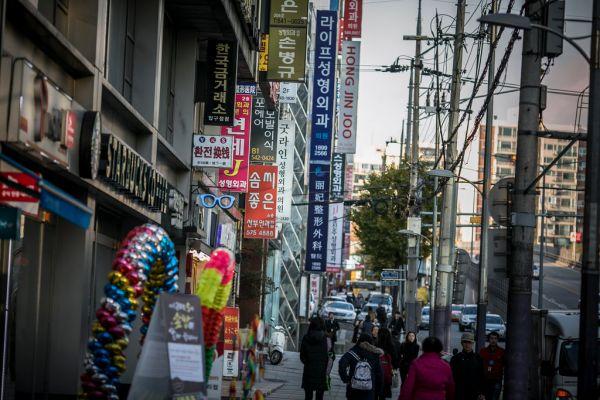 首尔江南区宣扬整形诊所的中文告白牌。